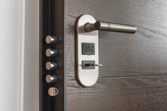 Klamka do drzwi wejściowych — poznaj 3 najpopularniejsze modele