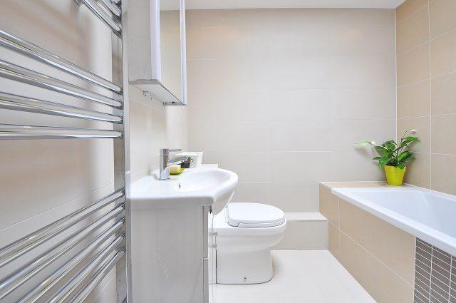 Zamiana wanny na kabinę prysznicową. Jak poradzić sobie z remontem łazienki?